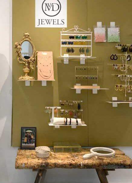 mvd-wall-shelves-rechtopstaand-atom-retail-oplossingen-innovaties-voor-winkelervaringen